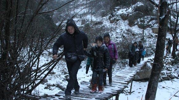 陕西学生日往返8公里求学 冰天雪地爬山过河