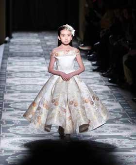 中国九岁女孩绣球巴黎高定时装周T台走秀