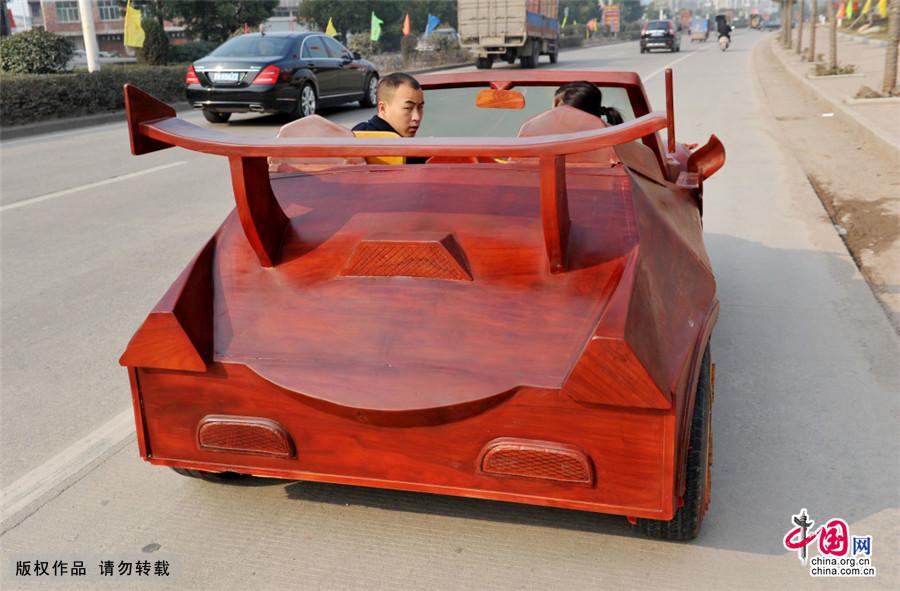 江西一农民牛人自制红木敞篷跑车造价10余万[组图] - 人在上海    - 中国新闻画报