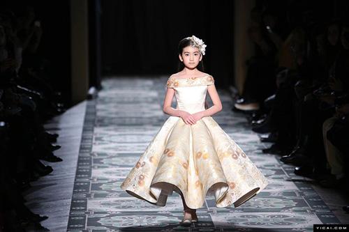 中国9岁小模特巴黎走秀惊艳登场