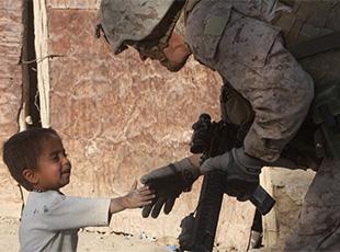 中東戰區溫情畫面:美國大兵與戰區兒童互動