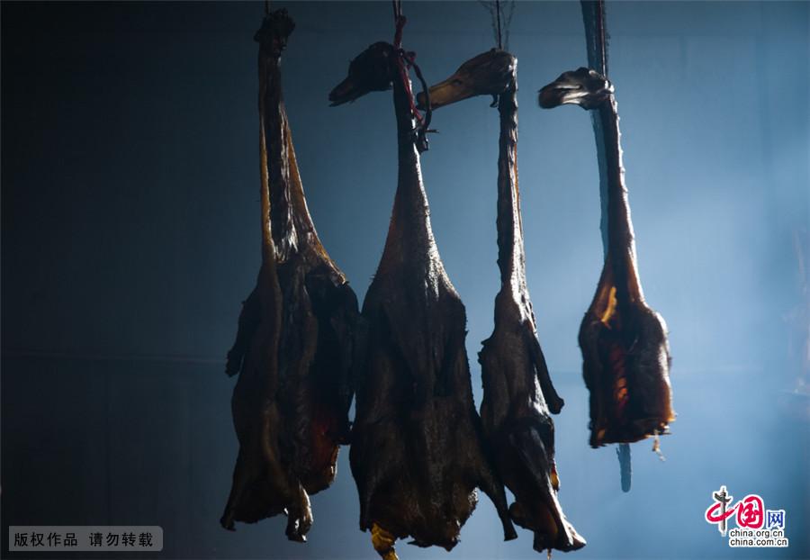 长期烟火熏制下的板鸭已经变得黄中透黑,黑中透亮。中国网图片库 尹忠/摄