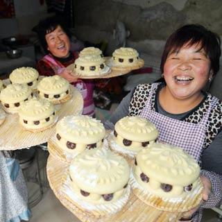 山东聊城:小年到 做花糕[组图]
