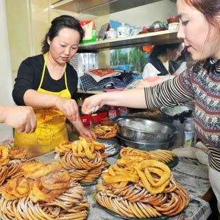 新疆哈密:传统美食迎新年[组图]