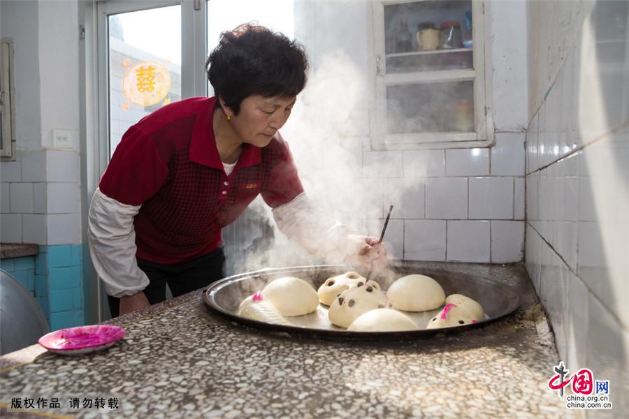 """闻喜花馍是一种""""母亲的艺术"""",是闻喜当地妇女口传心授,用勤劳和智慧凝聚而成的生活艺术品,它广泛使用于生日、婚庆、寿诞婴儿满月等场合。中国网图片库 刘玉平/摄"""