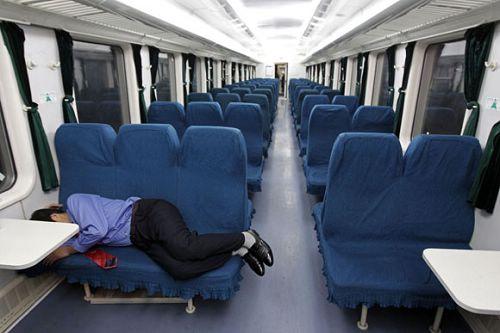 """部分春运列车车厢空荡 坐票乘客睡""""卧铺""""-部分春运列车车厢空荡"""