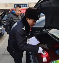 """北京:全国两会用车""""体检""""现场"""