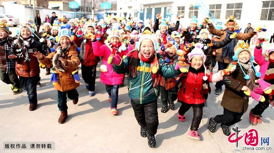 千名留守兒童戴新帽溫暖迎春【組圖】