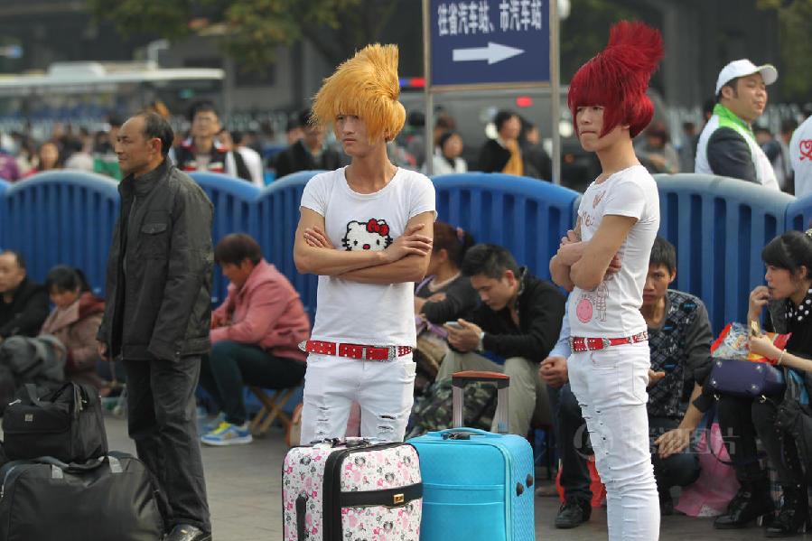 广州站迎来春运高峰 打工仔杀马特发型抢眼[组图]_图片中国_中国网