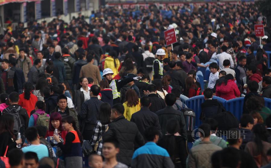 广州站迎来春运高峰 打工仔杀马特发型抢眼[组图]