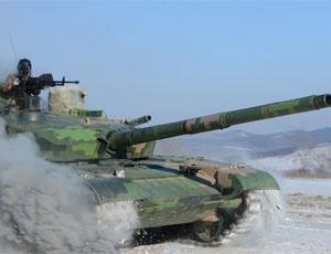 解放軍99坦克雪地拖煙狂奔