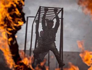 實拍敘利亞庫爾德士兵軍事訓練 爬鐵網鑽火圈