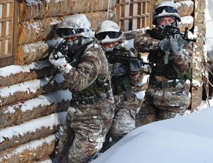解放軍在雪原木屋演練特種作戰