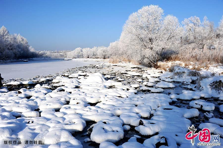 库尔滨水库的水电站每天发电都要释放摄氏零度以上的水,河水常年不冻,形成了浓浓的雾气。每年冬季,大量的雾气和冷空气融合交锋,便形成了壮观的仿若童话世界的雾凇奇景。中国网图片库 韩加君/摄