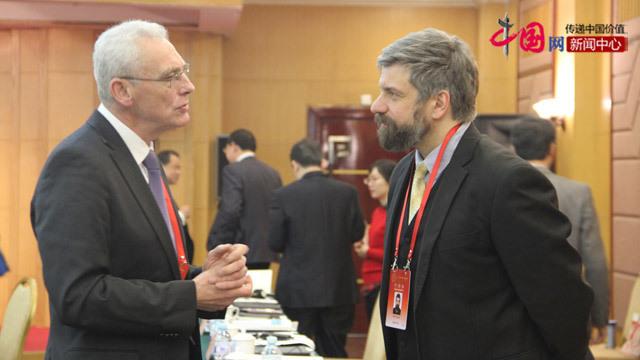德国专家李克与外国专家交谈。