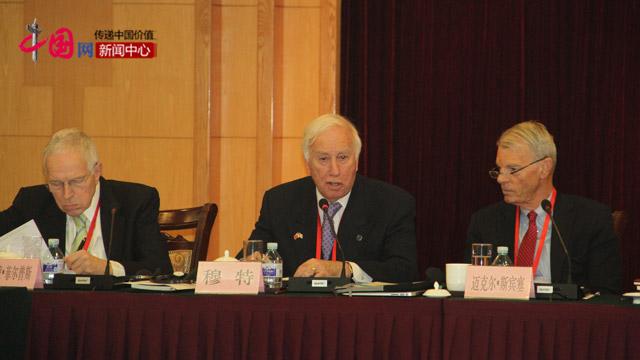 美国专家穆特在外国专家会议上发言。