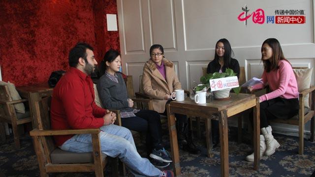 北京语言大学留学生正接受中国网记者采访