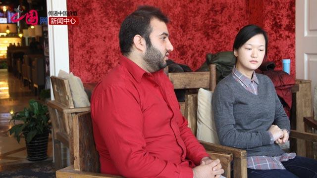 阿富汗留学生李伟棋(左一)和韩国留学生赵安娜在接受中国网记者采访