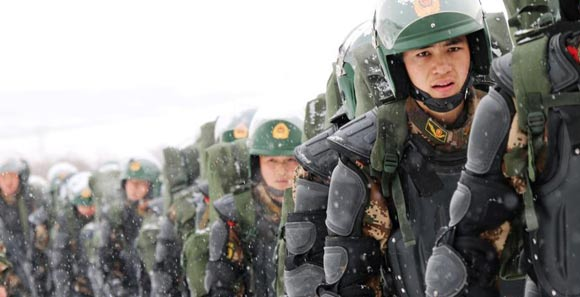 800武警官兵在高原高寒地帶全副武裝拉練