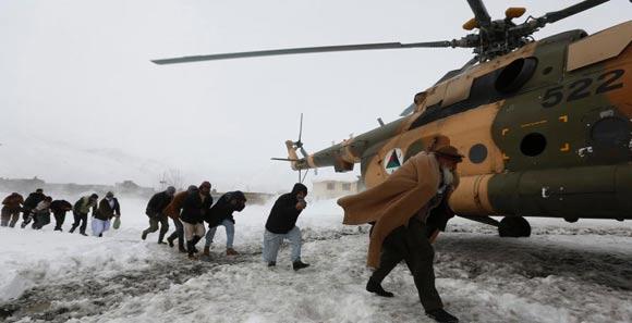 阿富汗军方使用直升机为雪崩难民运送食物