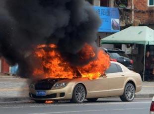 浙江四百万豪车自然被烧成空壳