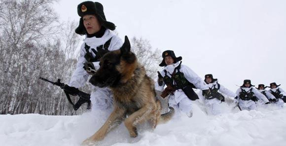 边防战士没膝积雪中巡逻