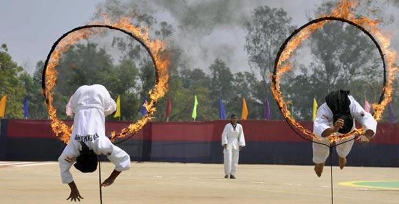 印度女警参加结业仪式 钻火圈展巾帼风采