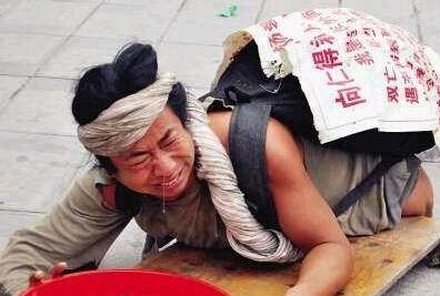 男子乞讨月入过万_北京:男子乔装腿疾 乞讨月入过万_ 视频中国