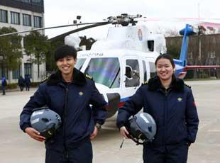 东海救助飞行队女机长亮相 短发帅气