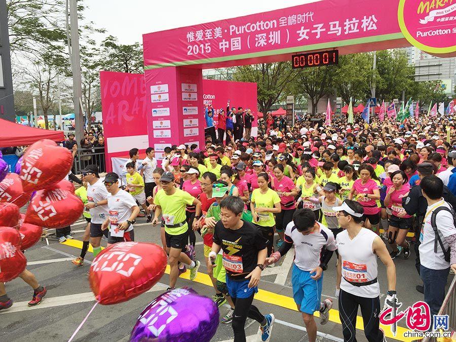 2015年3月8日,深圳首届女子马拉松在深南大道鸣枪起跑。这也是国内首个女子专属马拉松赛事。中国网图片库 邓飞/摄