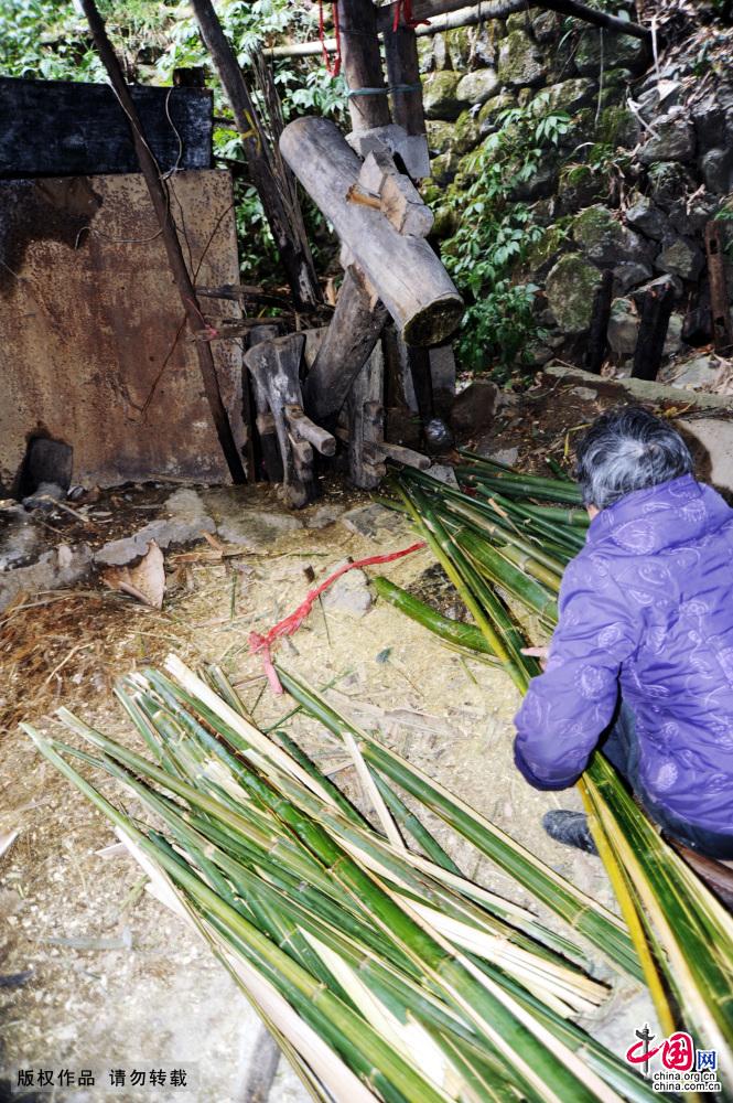 一名妇女在捣碎用于造纸的竹料,为舀纸做准备。中国网图片库 饶国君/摄