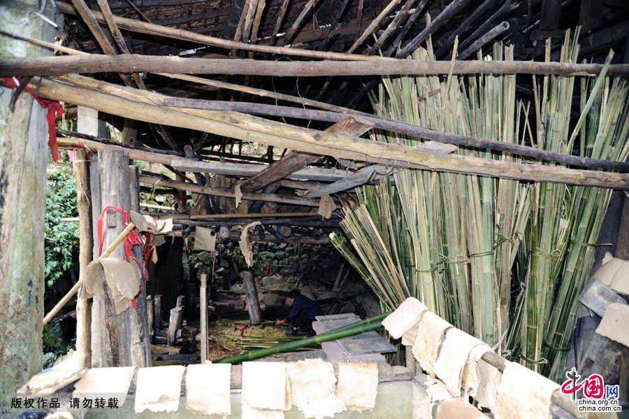 这是舀纸、晾晒房,手工作业古朴典雅。中国网图片库 饶国君/摄