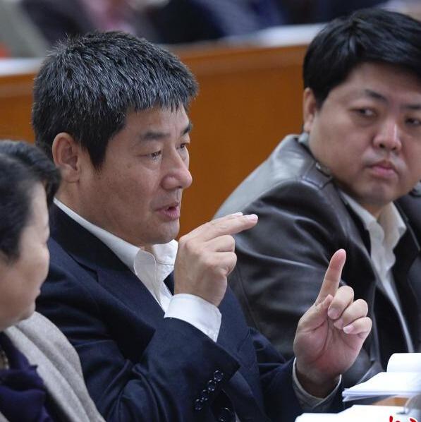 参加全体会议的政协委员用手语交流