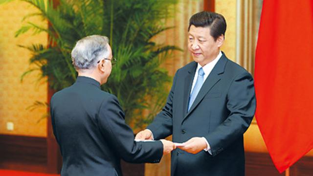 2013年4月22日,中国国家主席习近平接受巴基斯坦新任驻华大使哈立德递交的国书。