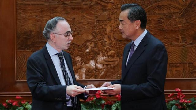 2013年7月24日,王毅会见哈立德,代表中国政府接受巴基斯坦政府向地震灾区提供的100万美元捐款。