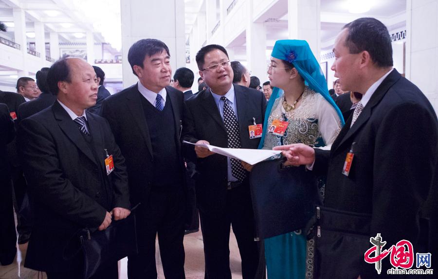 3月12日上午8:20,提早来人民大会堂的几位基层代表在大会堂中央大厅交流议案和履职心得。来自北京团的朱良玉代表、巨晓林代表,来自云南团的铁飞燕代表,来自上海团的周振波代表和来自内蒙古团的薛志国代表在一起热烈交谈。 中国网记者 董宁摄影