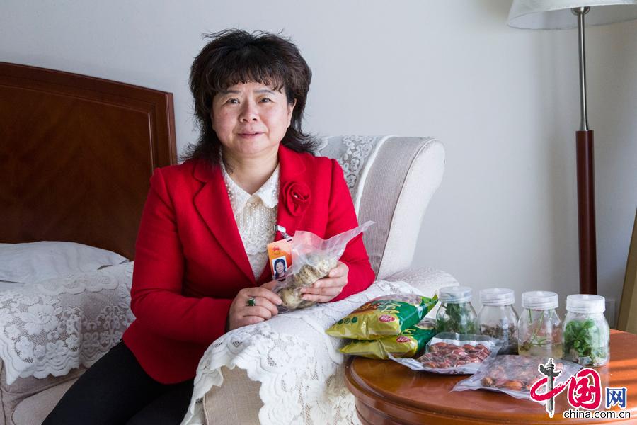 3月13日中午,来自湖南的杨莉代表向记者展示她这次参会带来的培育种苗和果实。中国网记者 董宁摄影