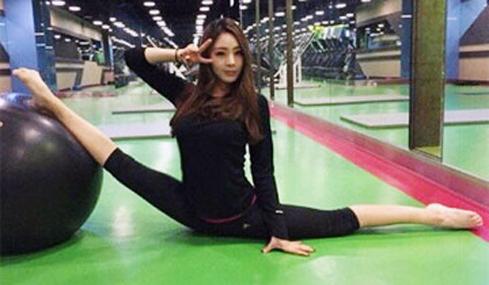 韩前艺体选手打保龄爆红 劈腿360度开球