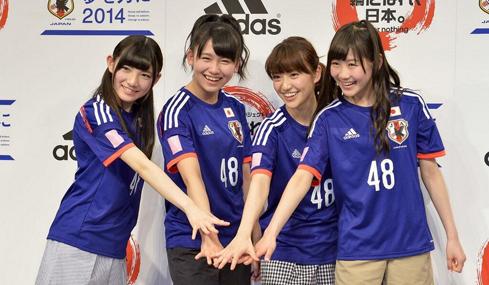日本女团拍MV助阵日男足 与本田搂肩合影