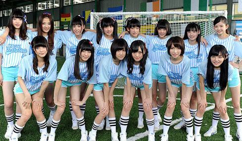 上海美少女组合变足球宝贝 镜头前秀美腿