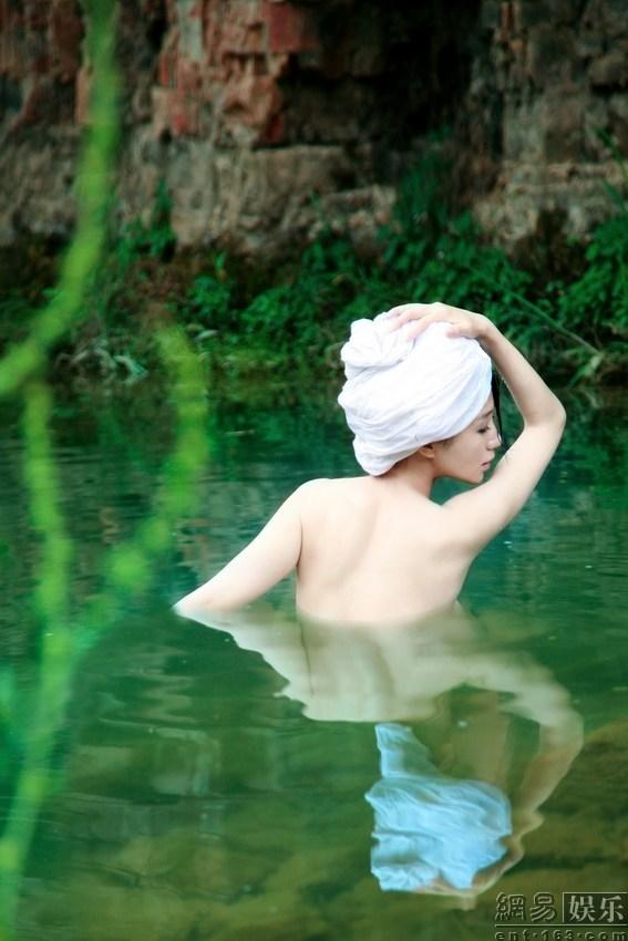 组图:低俗还是艺术?美女明星搏出位全裸出浴