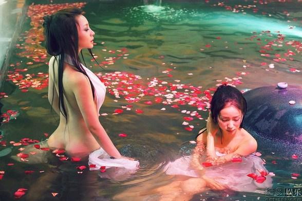 美女明星搏出位全裸出浴