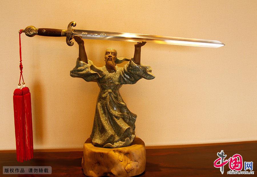龙泉剑是中国古代十大名剑之一。龙泉宝剑始于春秋晚期,距今有二千六百多年的历史。中国网图片库 吴春平/摄