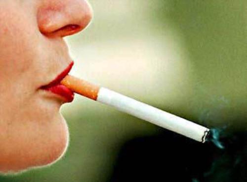 美国女子飞机上吸烟 口出狂言