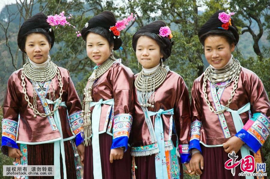 苗族服饰以夺目的色彩、繁复的装饰和耐人寻味的文化内涵著称于世。是中国所有的民族服饰里最多姿多彩,样式最多,跨越的时代最久,绣花和银饰最华丽的民族服饰,是我国民族文化的一大奇葩。