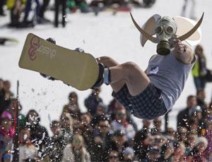 哈萨克斯坦举办冰冻水池跳跃比赛 各路大神囧态百出