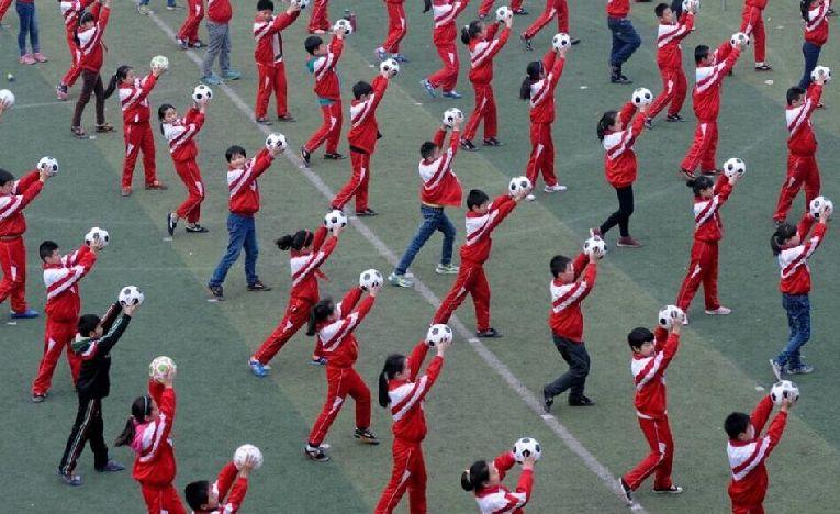 洛阳河南小学生课间跳足球操[组图]办法小学教师职称评审图片