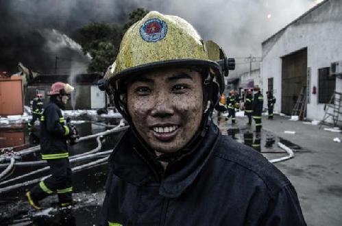 摄影师拍摄救火现场 消防员笑容感动网友_ 视频中国