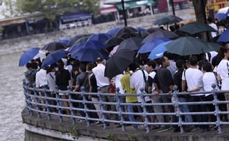 新加坡民众冒雨送李光耀最后一程
