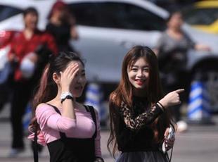 重庆高温市民凉装出行